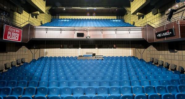 Celkový pohľad z javiska na sedenie v divadle