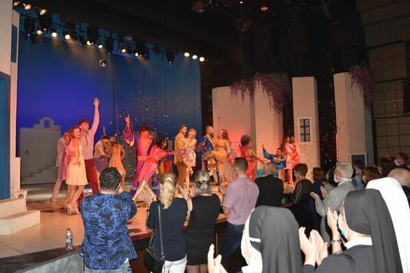Fotografie z predstavenia Mamma Mia! pre zdravotníkov z prvej línie.
